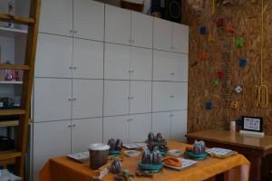 本日の作業テーブル。左端のはしごを昇ると…?